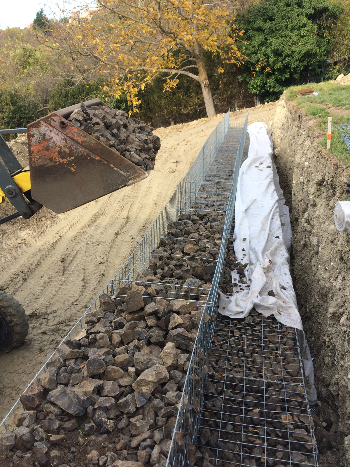 mur de soutènement en gabion en construction
